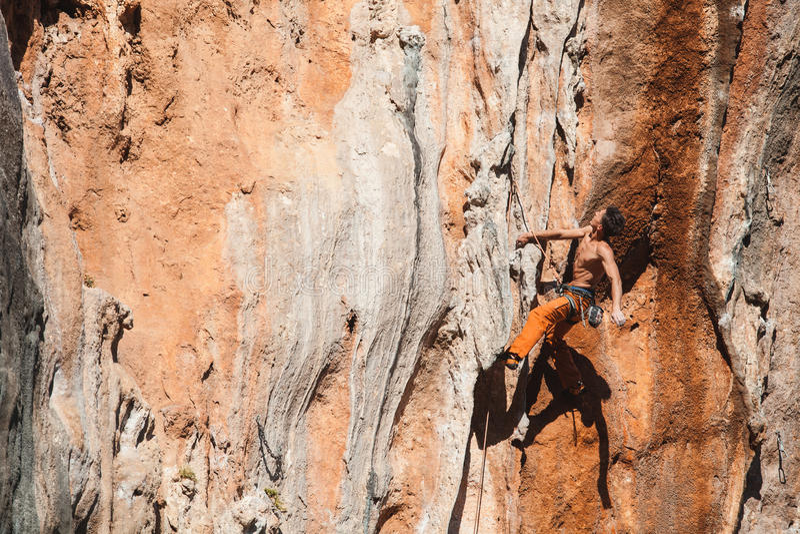 Det djärva valet - vagga klättringen arkivbilder
