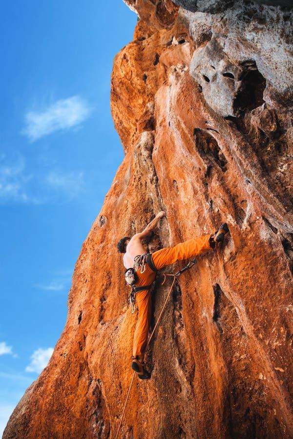 Det djärva valet - vagga klättringen royaltyfri foto