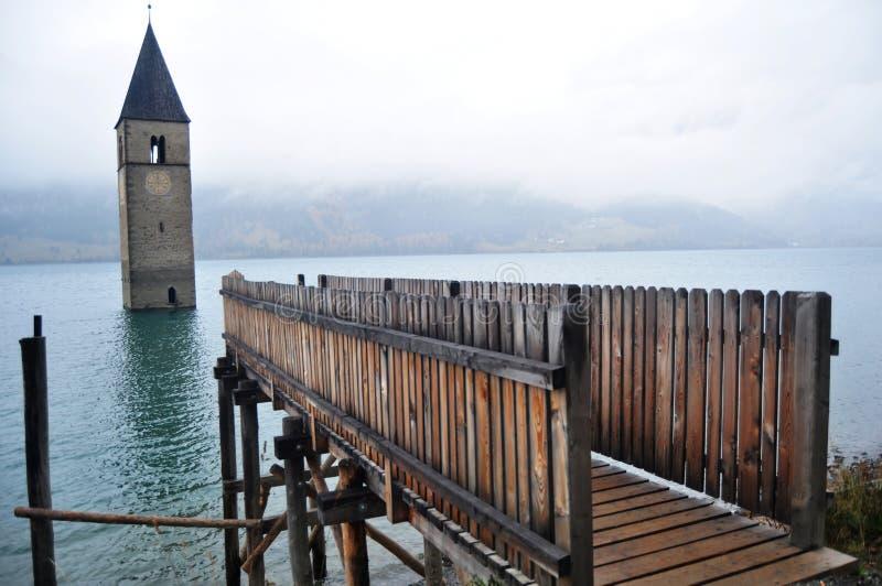Det doppade tornet av reschenseekyrkan djupt i Resias sjön av Bolzano eller bozen på Italien arkivbild