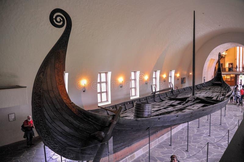 Det drakkar vikingfartyget fördärvar visning i Viking Museum av Bygdoy, Oslo, Norge royaltyfria bilder