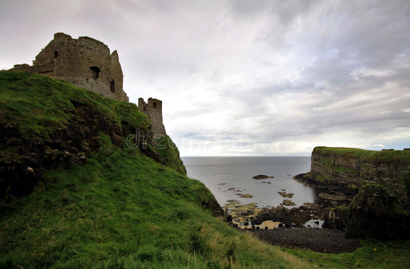Dunluce slott som är nordligt - ireland fotografering för bildbyråer