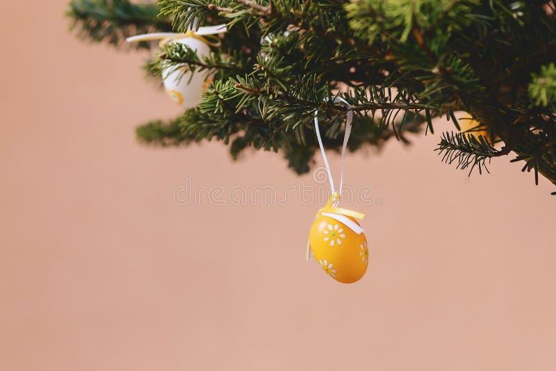 det easter ägget sörjer på filialen arkivbild