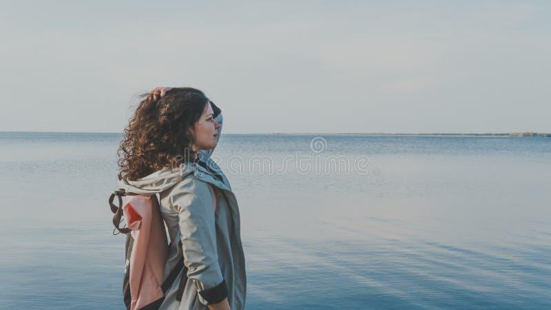 Det eftertänksamma kvinnaanseendet nära havet royaltyfri bild
