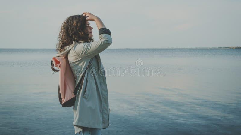 Det eftert?nksamma kvinnaanseendet n?ra havet arkivfoton
