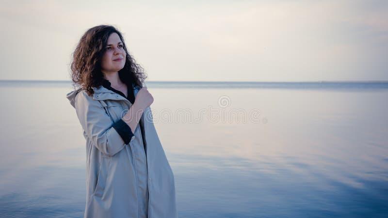Det eftert?nksamma kvinnaanseendet n?ra havet royaltyfria bilder