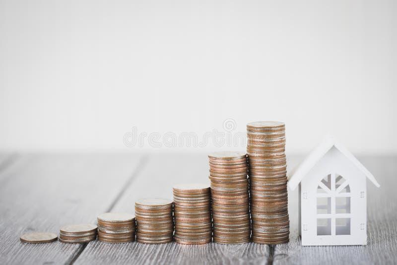 Det egenskapsinvesteringen och huset intecknar det finansiella begreppet, hem skyddar, försäkring Med kopieringsutrymme för din t arkivbild