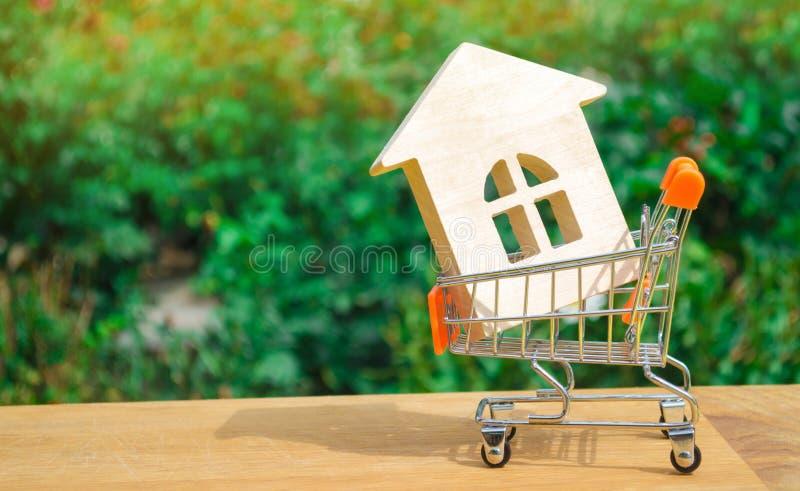 Det egenskapsinvesteringen och huset intecknar finansiellt begrepp köpa, hyra och sälja lägenheter för delshus för gods försäljni royaltyfri foto
