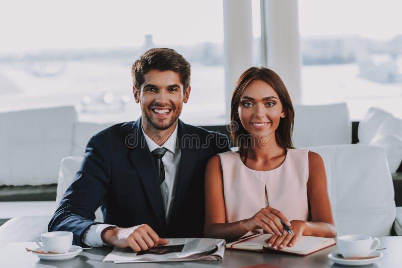 Det eleganta glade paret kopplar av med varma drinkar arkivbilder