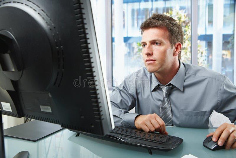 Yrkesmässigt arbete på datoren royaltyfria foton