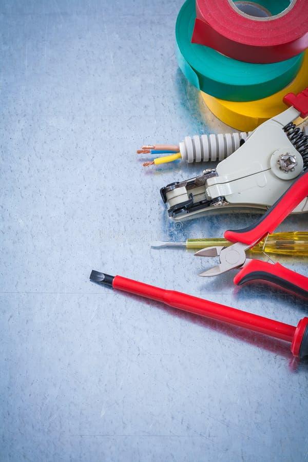 Det elektriska bandet för testerturnscrewelektriker korrugerade trådpr royaltyfri bild
