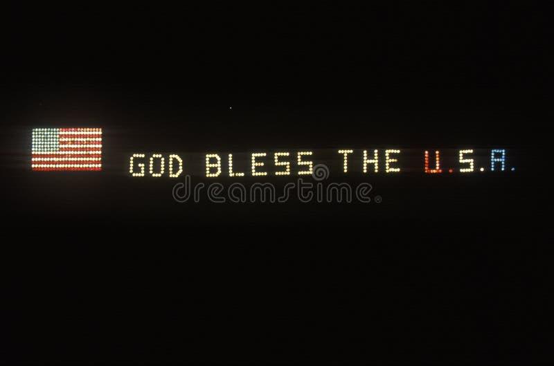 Det elektriska tecknet med amerikanska flaggan och guden för ï¿ ½ välsignar USA, ï¿ ½ Florida fotografering för bildbyråer