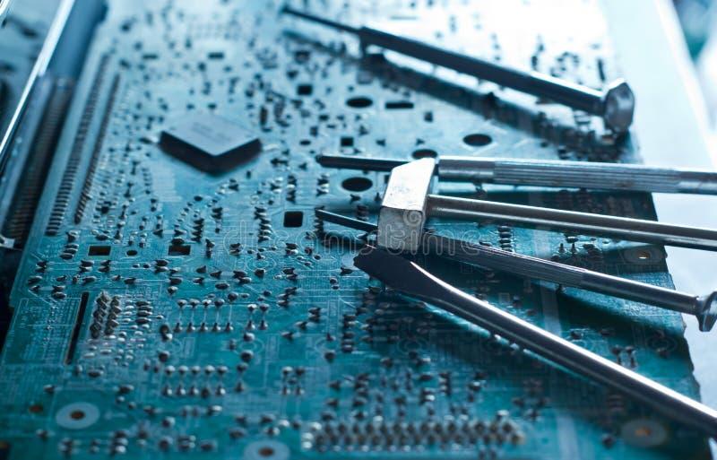 Det elektroniska brädet och bearbetar reparationer, tonat blått begrepp fotografering för bildbyråer