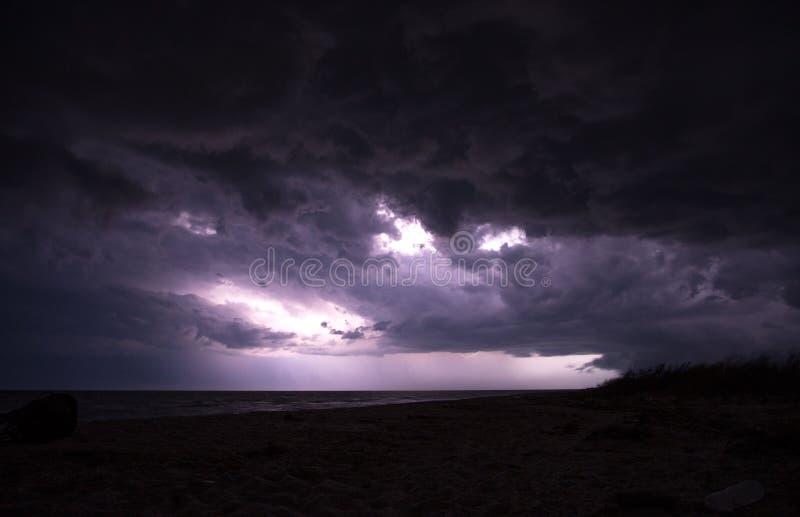 Det enorma mörka molnet täcker himlen precis före stormen vid havet royaltyfri foto