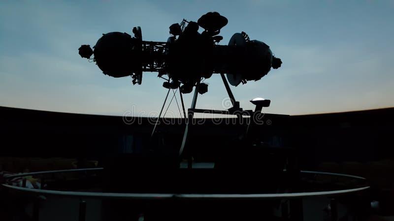 Det enormt av projektorn i inre av planetariet med mörkret av salongen royaltyfria foton