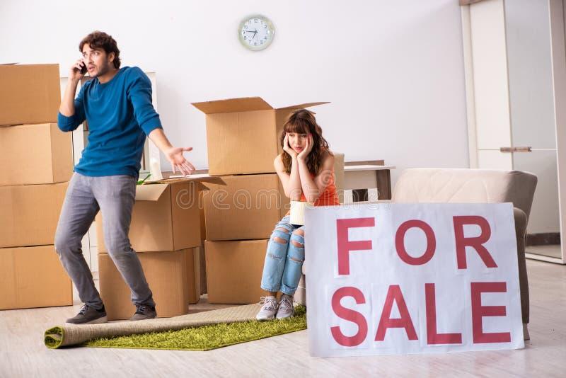Det erbjudande huset för ung familj som är till salu och ut flyttar sig arkivfoton