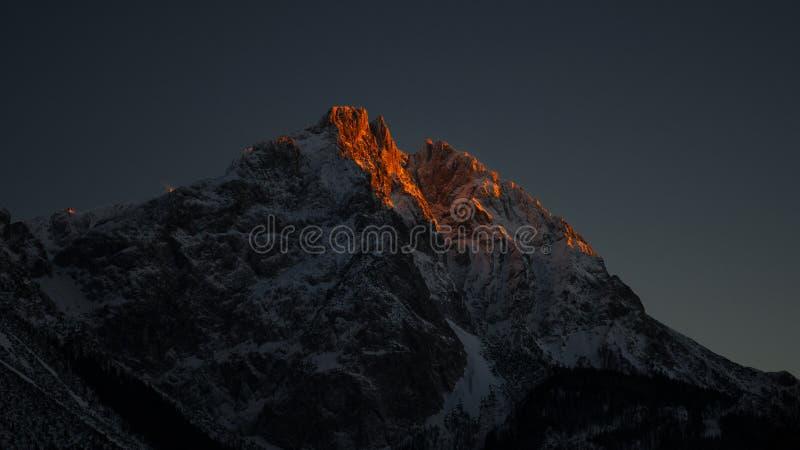 Det exponerade maximumet vaggar av bergmaximum på den sena aftonen arkivbilder