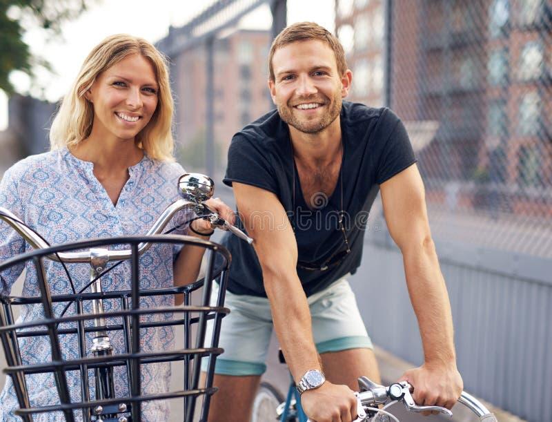 Det färdiga barnet kopplar ihop ut att tycka om cykla för dag royaltyfri bild