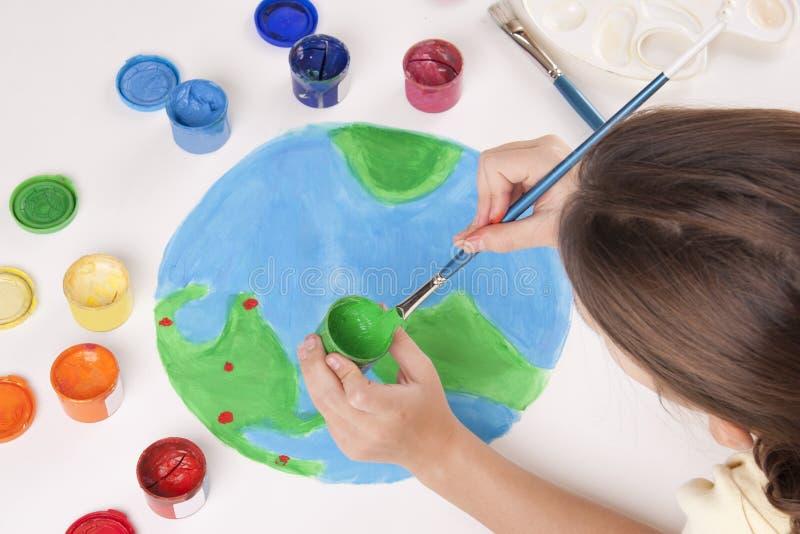 det färgade barnet tecknar jordklotmålarfärger fotografering för bildbyråer