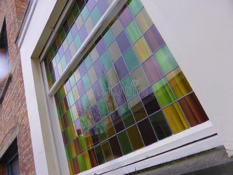 Det färgade fönstret förser med rutor arkivbilder