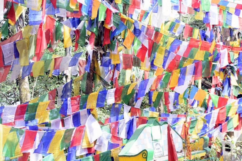 Det färgglade buddistiska bönflaggaflyget högt i himlen royaltyfria foton
