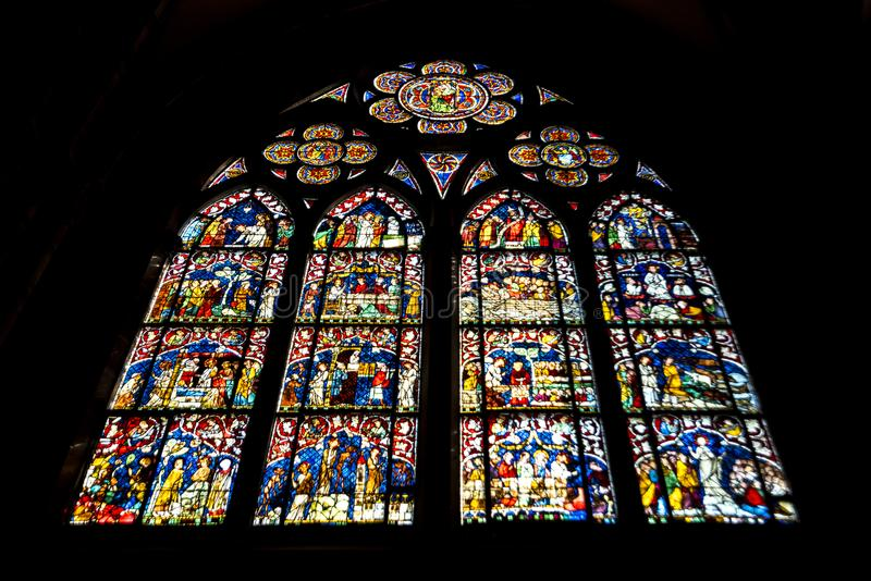 Det färgglade fönstret av Cathedrale Notre-Dame arkivfoto