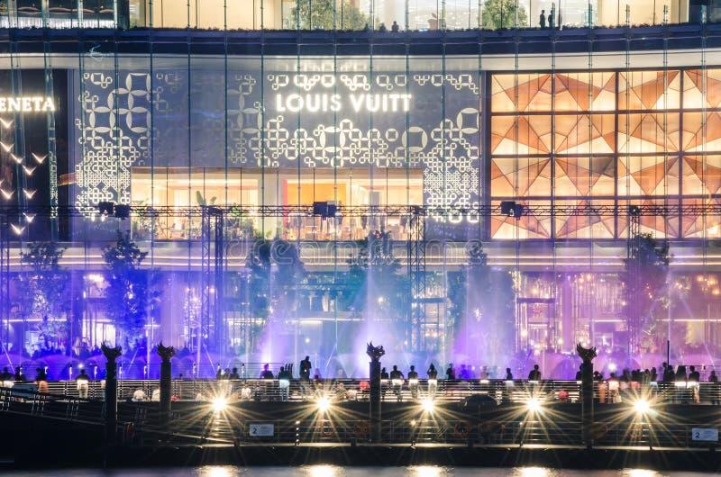 Det färgglat av showen för dansen för springbrunnen för multimediavattensärdraget på floden parkerar av ICONSIAM-varuhuset, royaltyfri foto