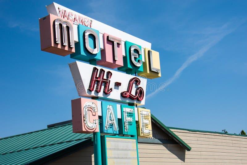 Det färgrik, tappninghi-Lo motell- och kafétecknet indikerar att motellet har vakans för sommar royaltyfri foto