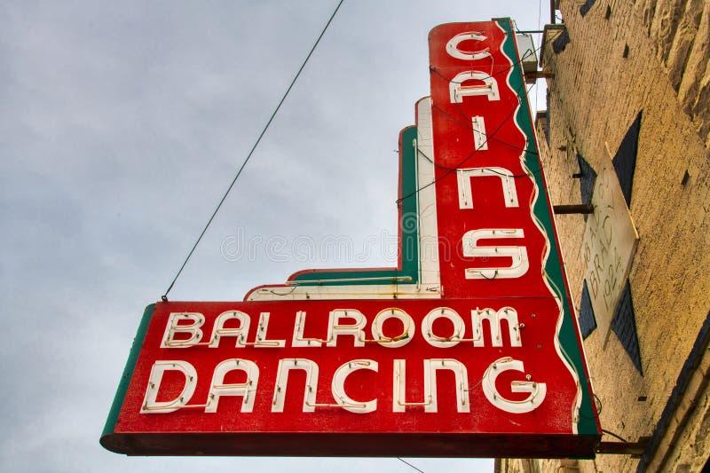 Det f?rgrika decotappningtecknet p? historiska Cains balsal undertecknar in Tulsa, Oklahoma Cains arkivfoto