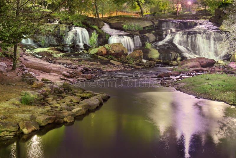 Det färgrika Greenville centret parkerar på natten och gör suddig rörelsevattenfallet royaltyfria foton