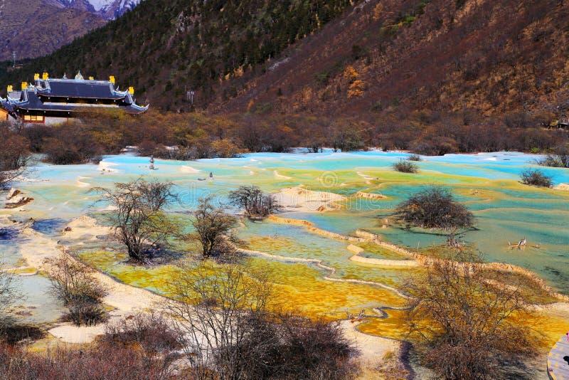 Det färgrika höstlandskapet av den Huanglong nationalparken arkivbild