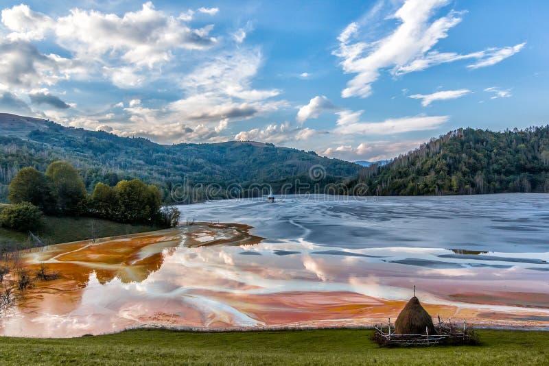 Det färgrika landskapet av en översvämmad kyrka i gift förorenade kopparbryta för sjön tack vare royaltyfri fotografi