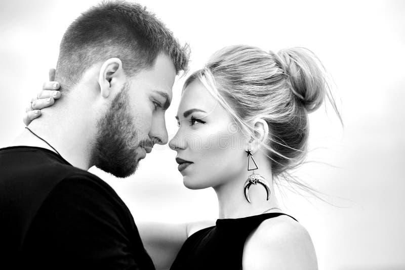 Det förälskade östliga paret i berg av Cappadocia kramar och kysser Förälskelse och sinnesrörelser som älskar par som semestrar i fotografering för bildbyråer