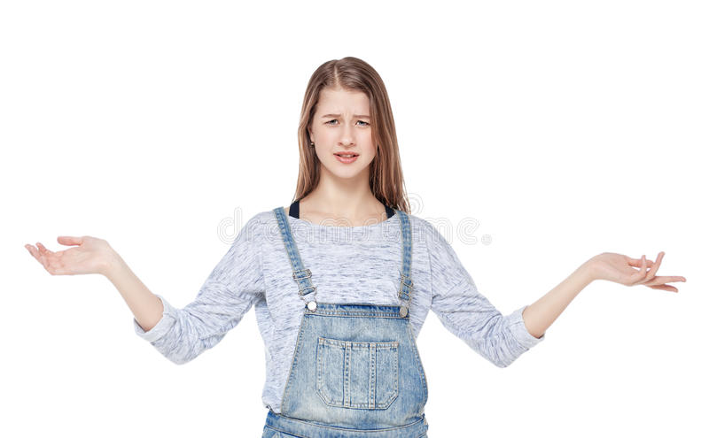 Det förargade barnet danar flickan i isolerade jeansoveraller arkivfoto