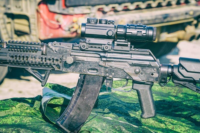 Det förbättrade geväret för KalashnikovAK47 anfall med taktisk tillbehör arkivbild