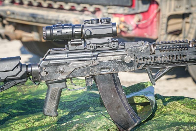 Det förbättrade geväret för KalashnikovAK47 anfall med taktisk tillbehör arkivfoto