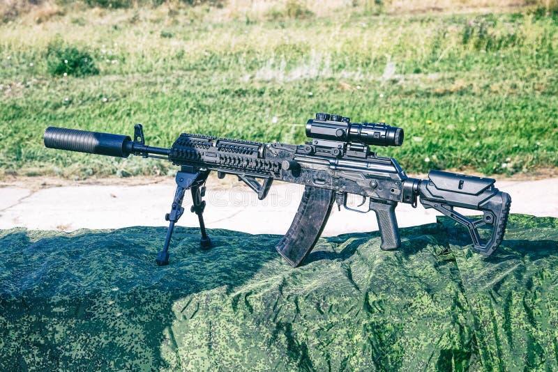 Det förbättrade geväret för KalashnikovAK47 anfall på bipods arkivbilder