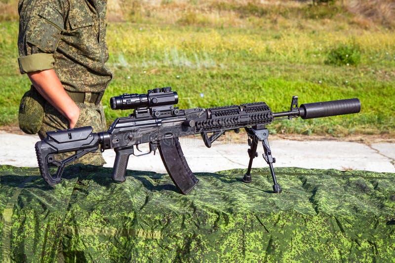 Det förbättrade geväret för KalashnikovAK47 anfall på bipods royaltyfri foto