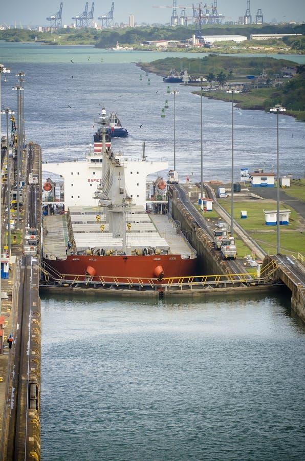 Det första låset av den Panama kanalen från Atlanticet Ocean fotografering för bildbyråer