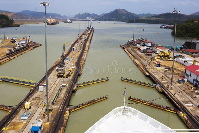 Det första låset av den Panama kanalen från Stilla havet arkivbilder
