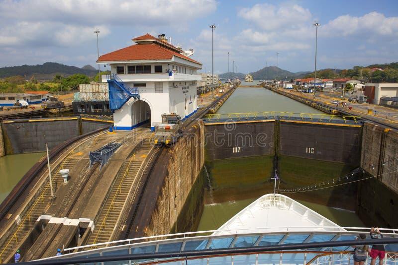 Det första låset av den Panama kanalen från Stilla havet royaltyfri bild