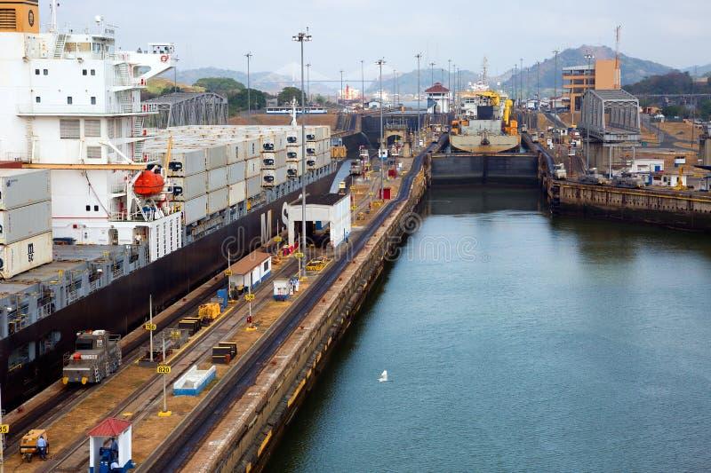 Det första låset av den Panama kanalen från Stilla havet royaltyfri fotografi