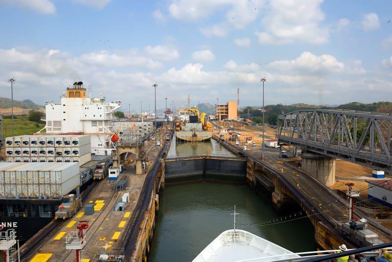 Det första låset av den Panama kanalen från Stilla havet royaltyfria bilder
