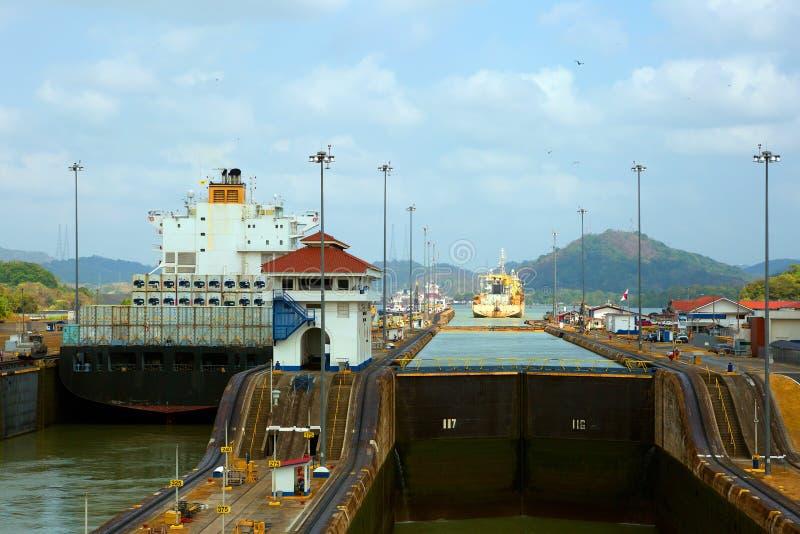 Det första låset av den Panama kanalen från Stilla havet fotografering för bildbyråer
