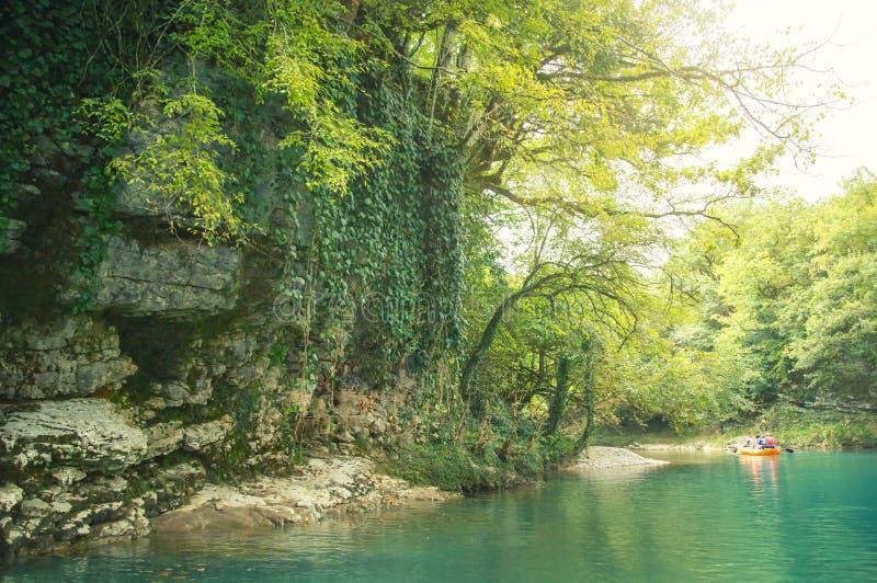 Det förträffliga fascinerande ljusa fotoet i den Martvili kanjonen, det klara azura vattnet av Georgia tilldrar, starten av royaltyfria foton