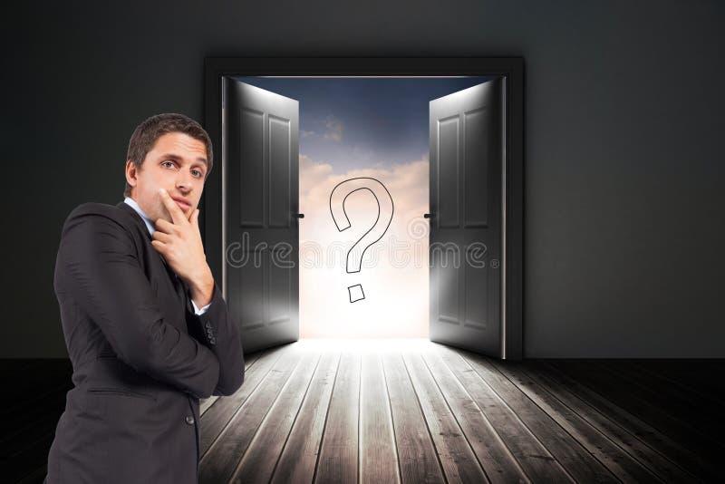 Det förvirrade affärsmananseendet med dörren och frågefläcken undertecknar in bakgrund arkivbild