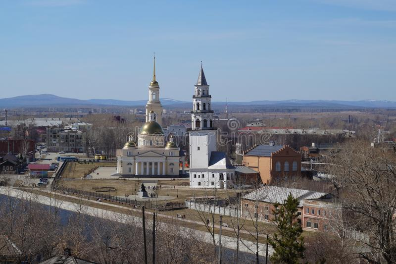 Det fallande tornet i staden av Nevyansk i Uralsna royaltyfria bilder