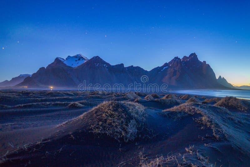 Det fantastiska berget under natthimlen i Island royaltyfri bild