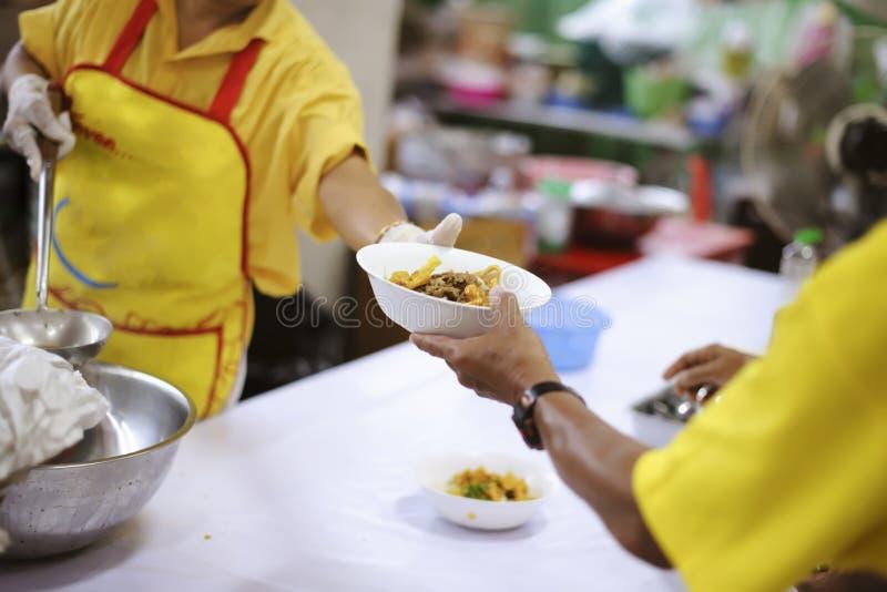 Det fattiga folket mottar donerad mat från givare, visar ömsesidigt dela i dagens samhälle: begreppet av att hjälpa det fattigt royaltyfria bilder