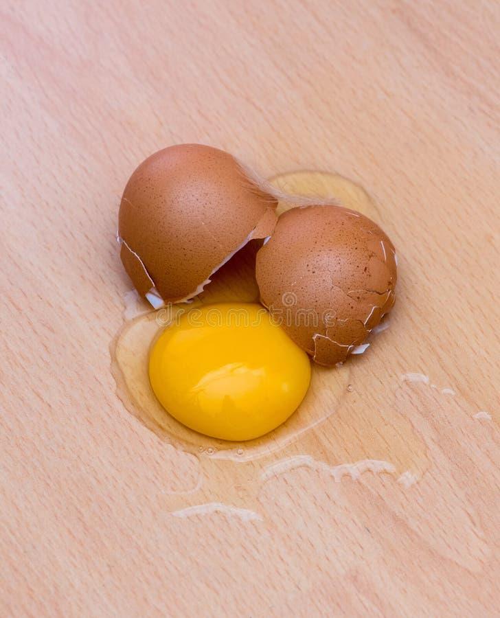 Det fega ägget är brutet royaltyfri foto