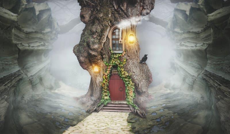 Det felika trädhuset i fantasi vaggar arkivbild